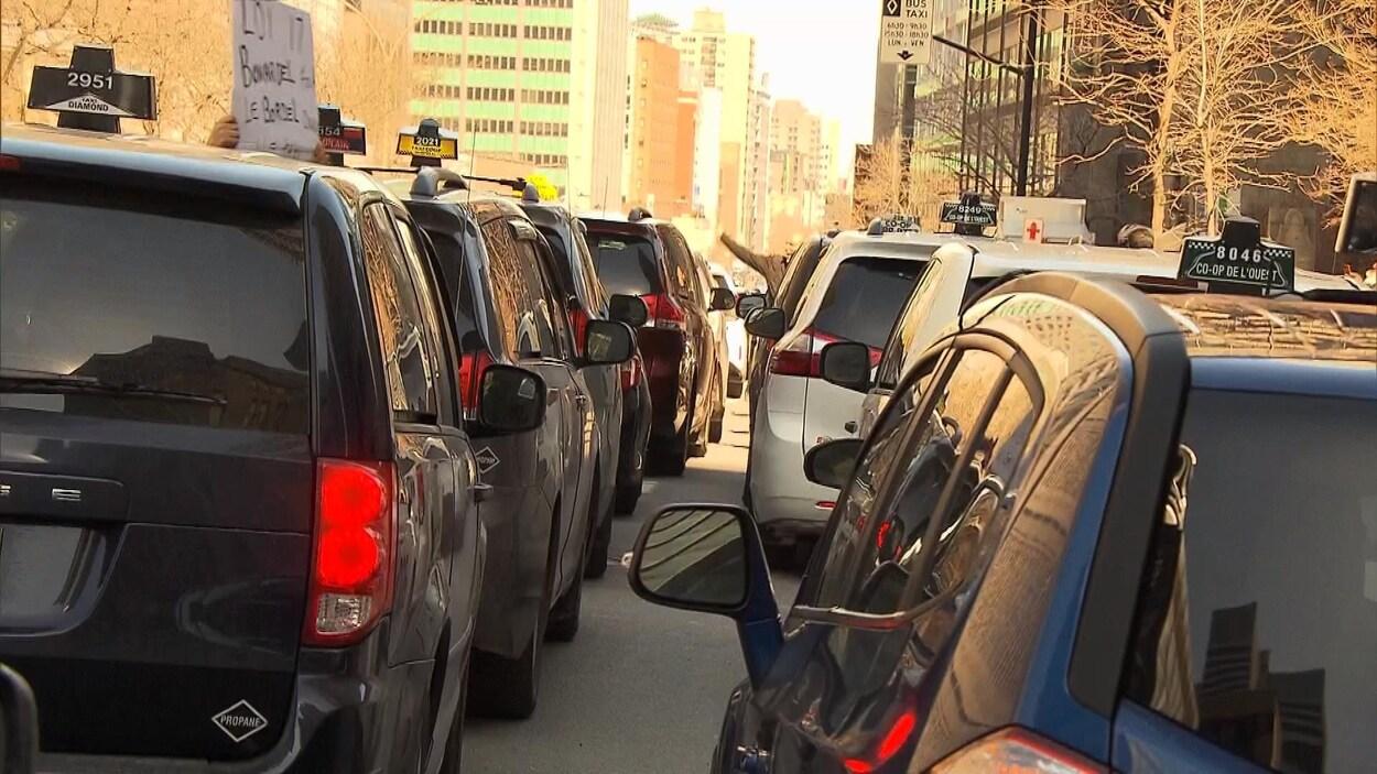Deux rangées de voitures taxi obstruant la circulation