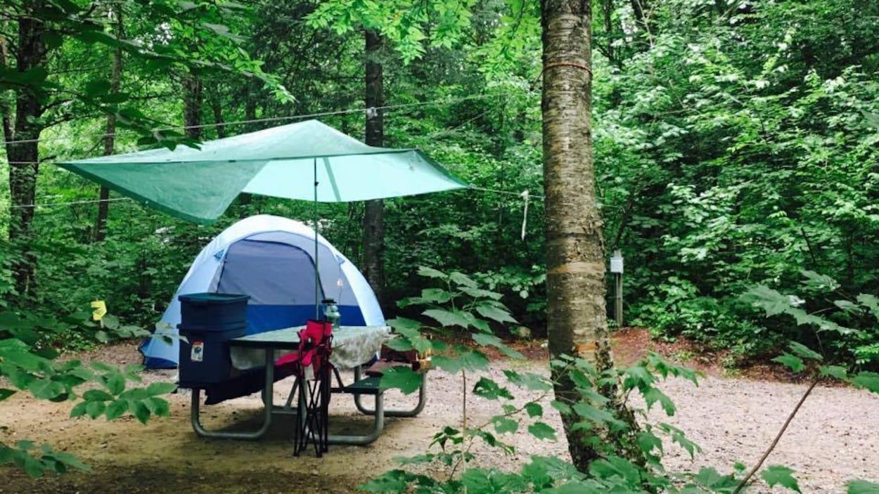 Une petite tente sur un terrain de camping