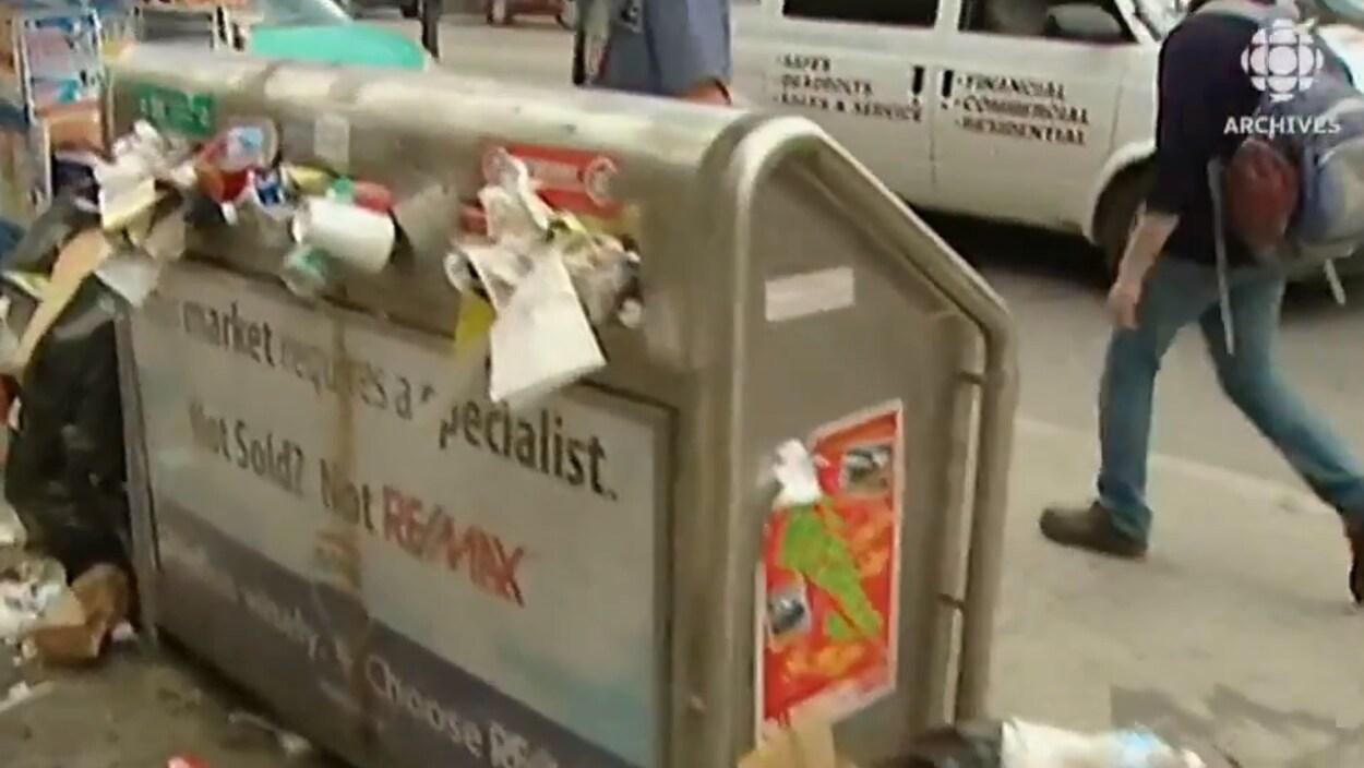 Une boîte à ordure est pleine à déborder en pleine grève des éboueurs de Toronto en juillet 2009.