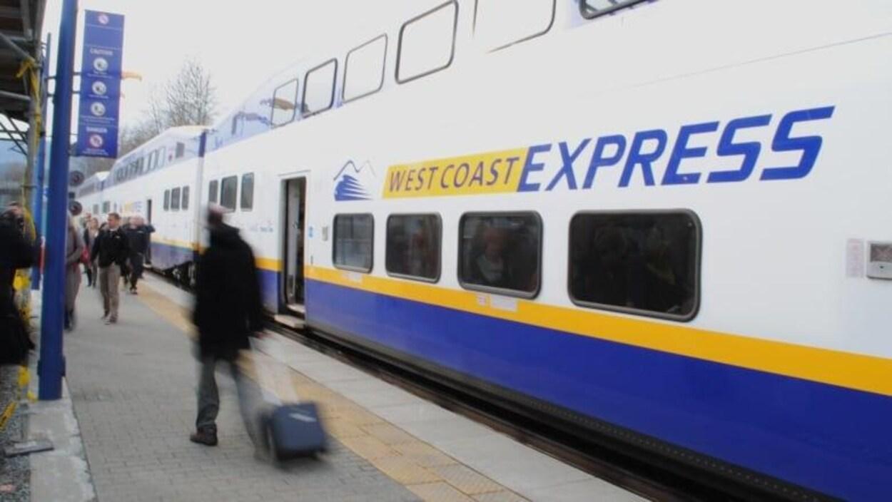 Un train blanc et bleu.