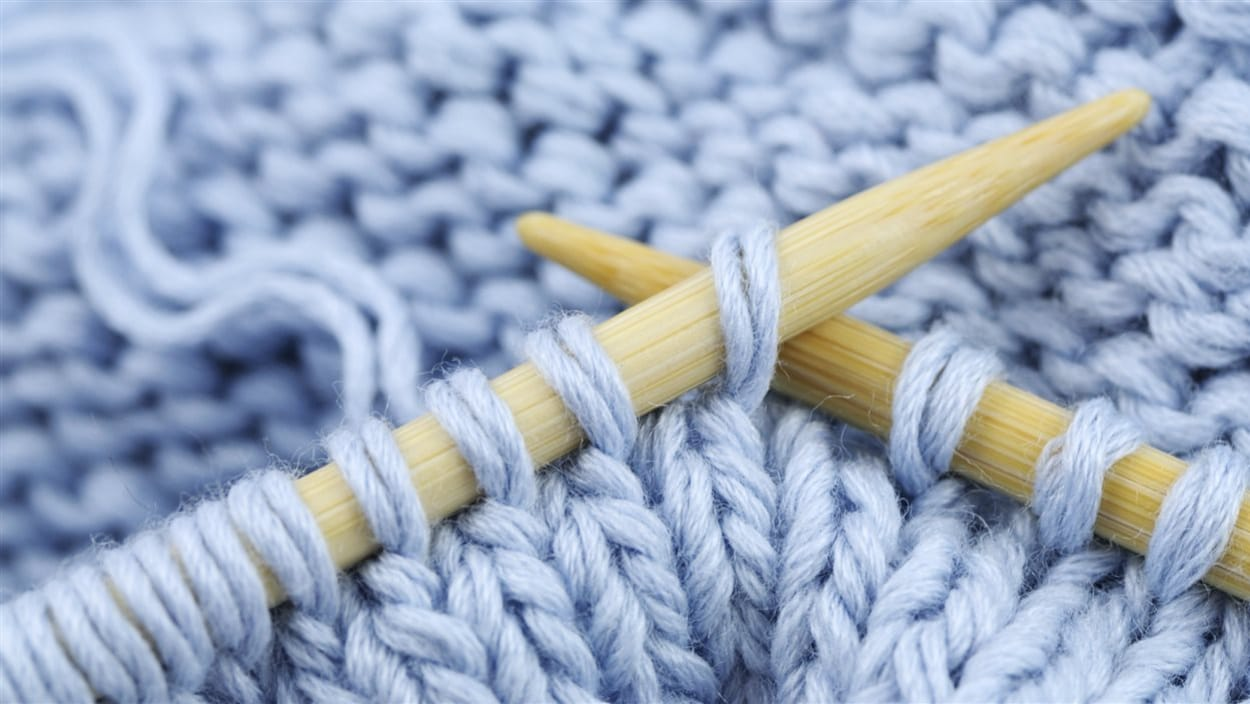 Un tricot de laine bleue.