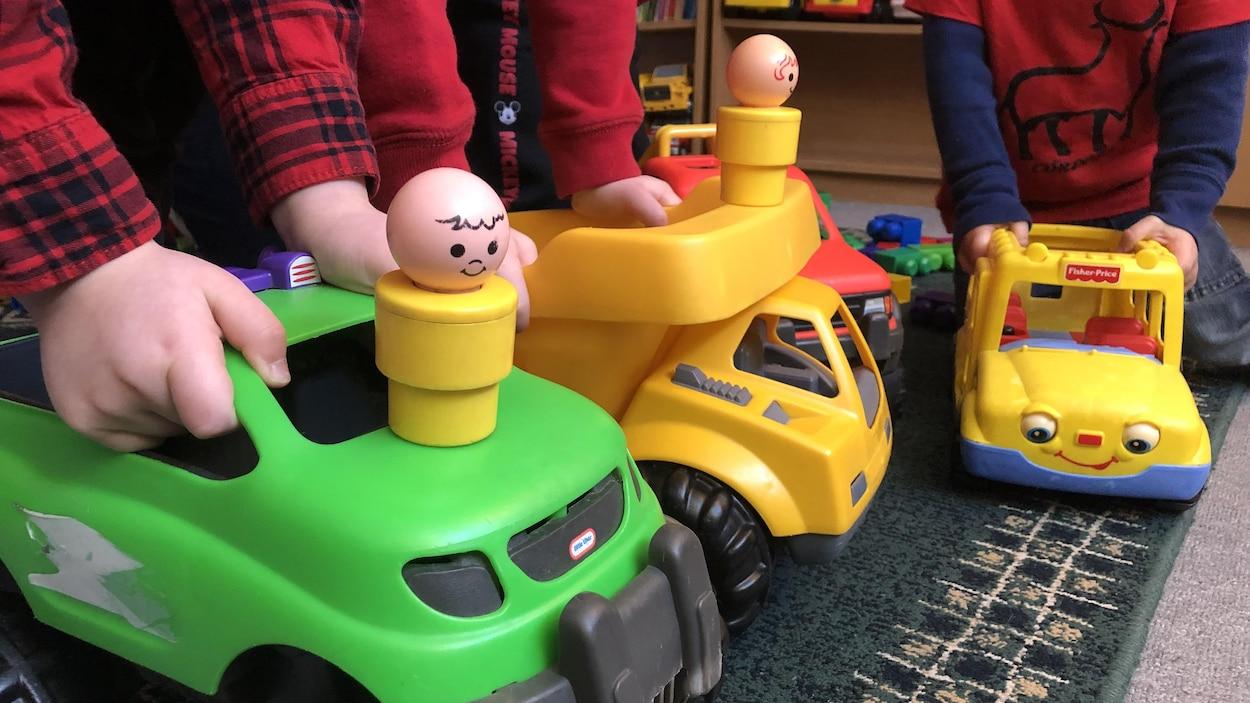 Des enfants tiennent des jouets.