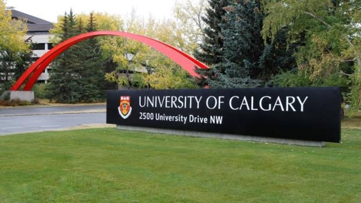 L'affiche à l'entrée de l'Université de Calgary sur du gazon.