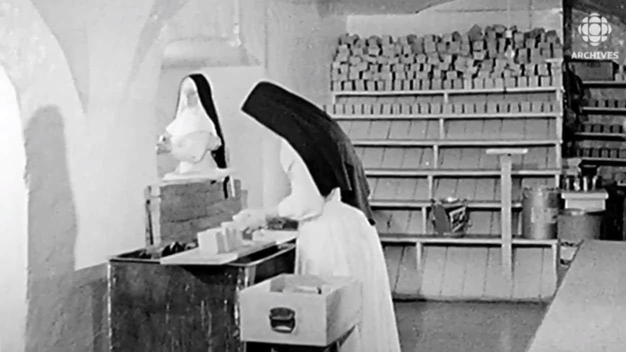 Deux Ursulines au travail dans leur monastère.