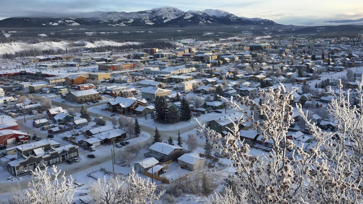 Vue panoramique du centre-ville avec des montagnes en arrière-plan.