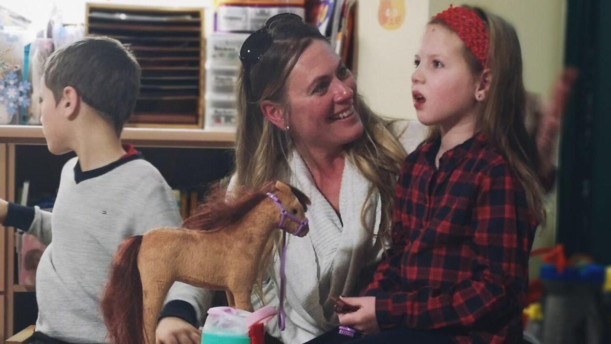 Andi Dreher, 9 ans et sa mère Lori dans une salle de jeu à l'Hôpital SickKids de Toronto