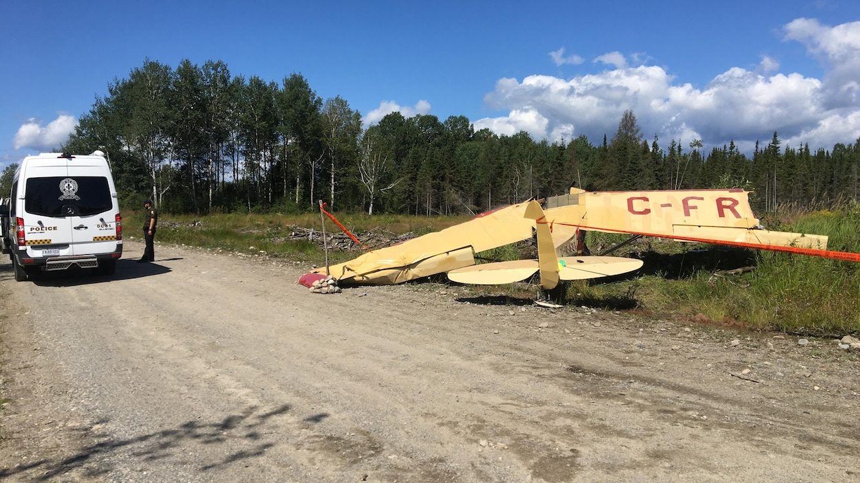 Un petit avion s'est écrasé à proximité d'un chemin de gravier.