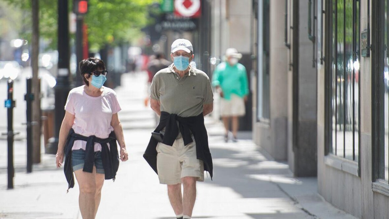 Deux personnes portent des masques pour se protéger du coronavirus.