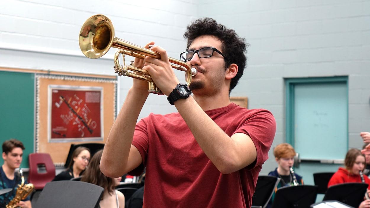 Un homme jouant de la trompette.