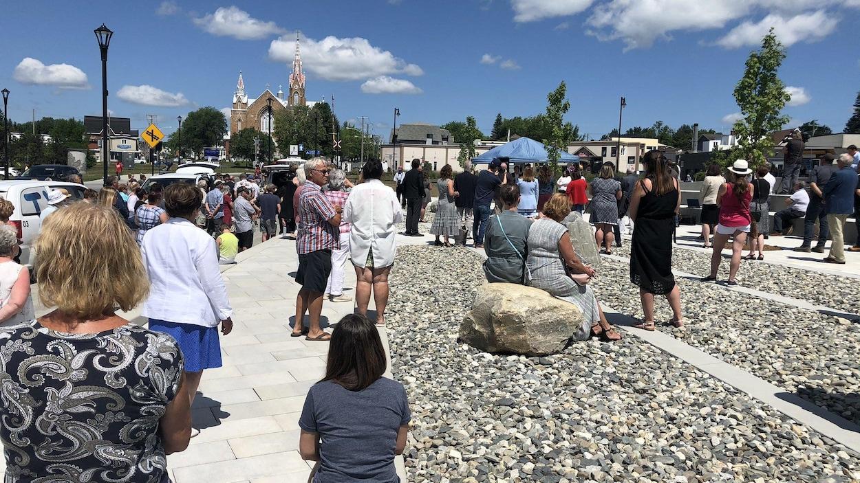 Des personnes sont rassemblées pour l'inauguration de l'Espace mémoire à Lac-Mégantic.