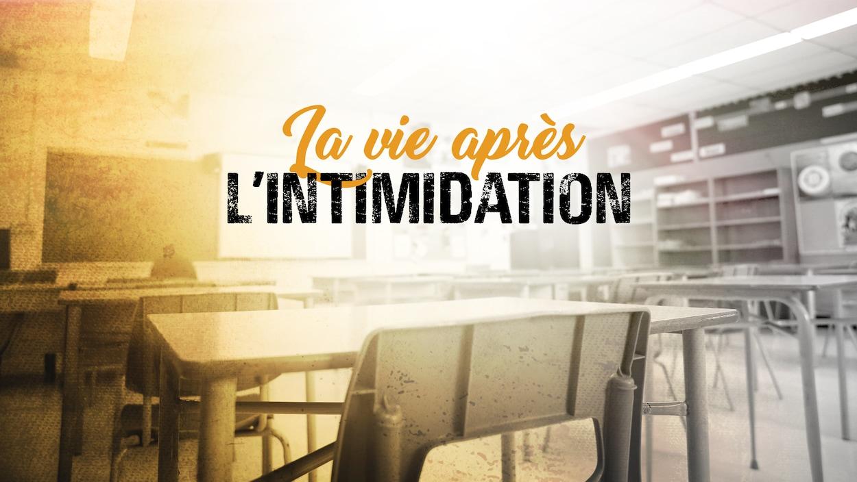 Infographie aux teintes de jaune et de gris. Une salle de classe vide dans une école secondaire. Au centre, une inscription : La vie après l'intimidation.