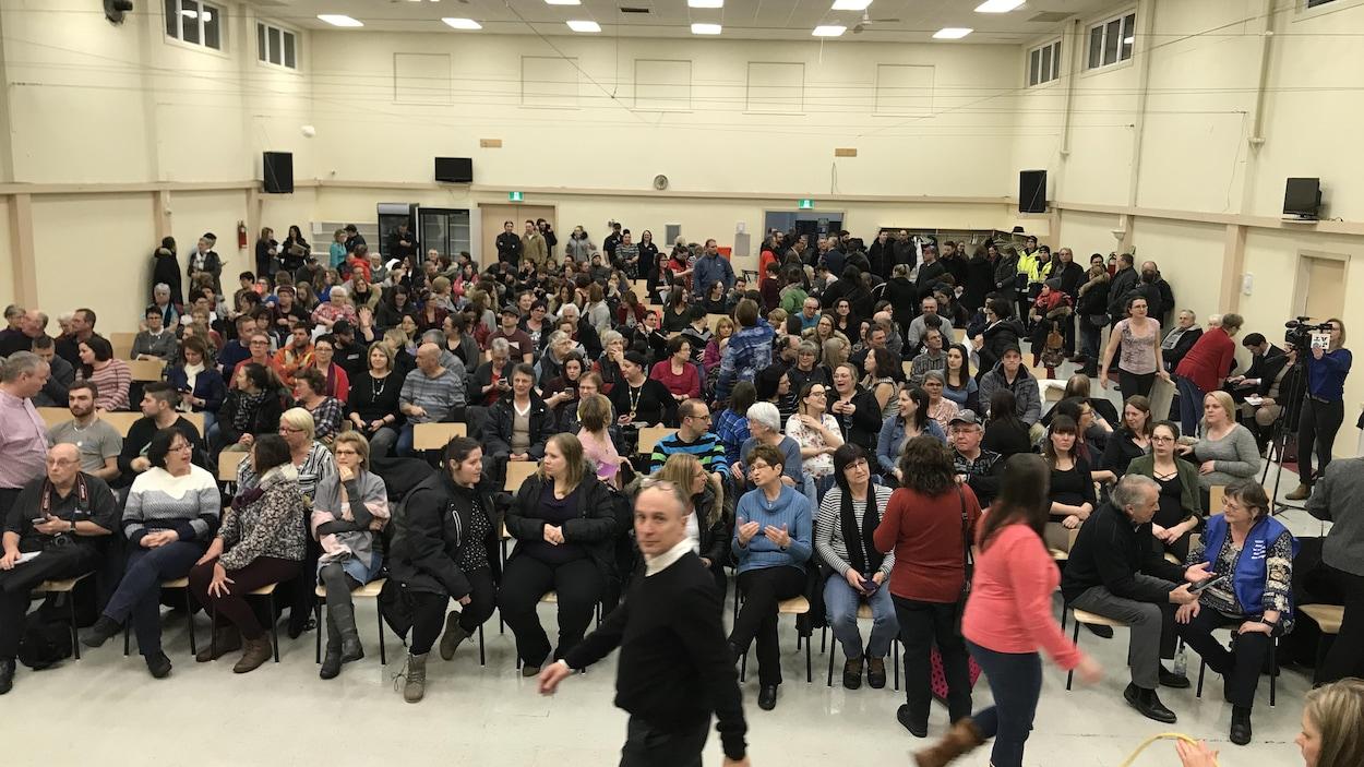 300 personnes sont assises pour une rencontre d'information.