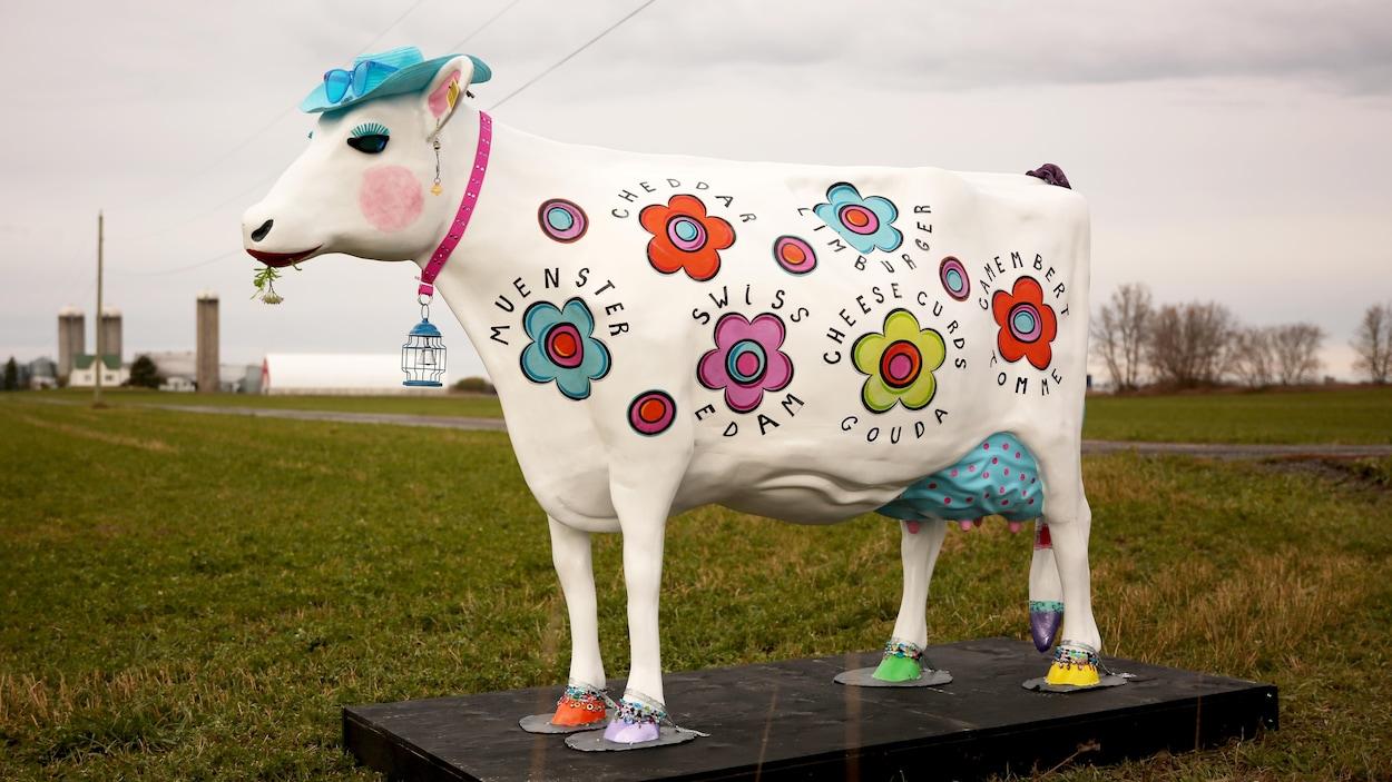 Une sculpture de vache décorée et peinte.
