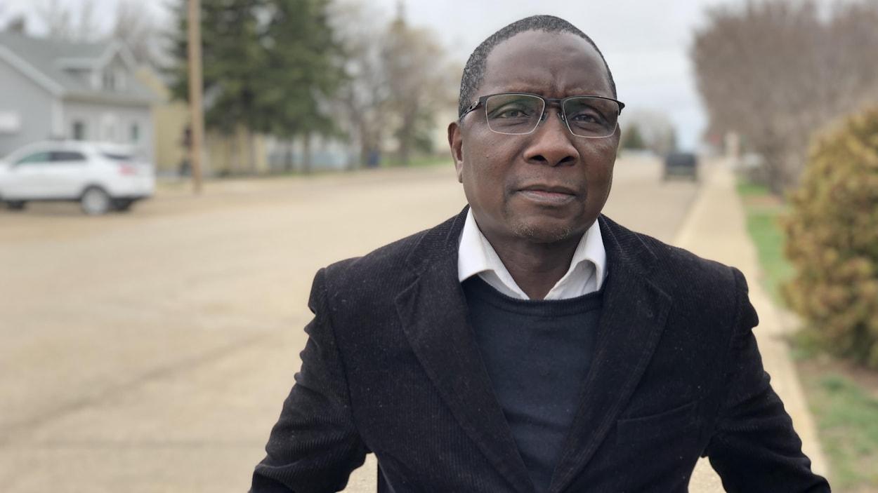 Ousmane Ilbo Mahamane debout dans une rue de Gravelbourg.