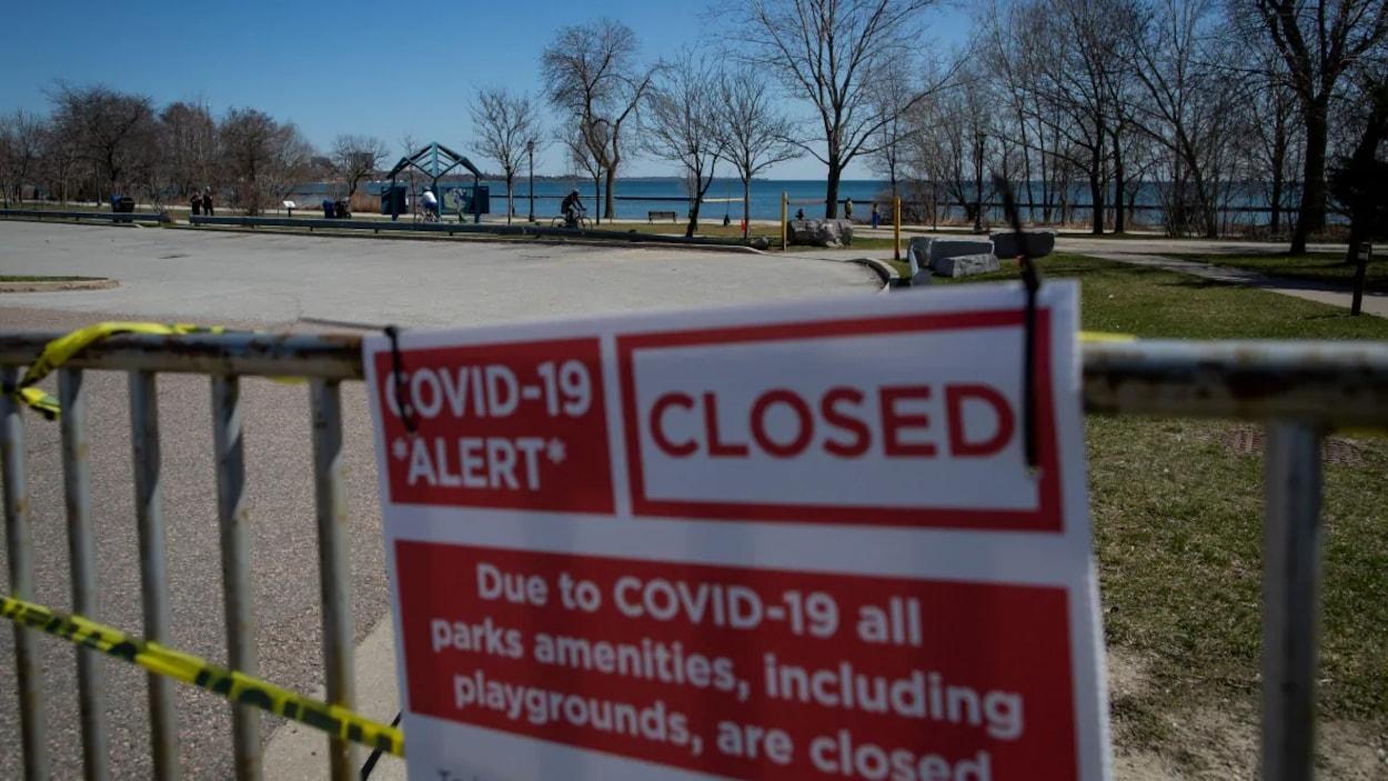 Un écriteau prévient que les installations d'un parc sont interdites d'utilisation pendant la pandémie.