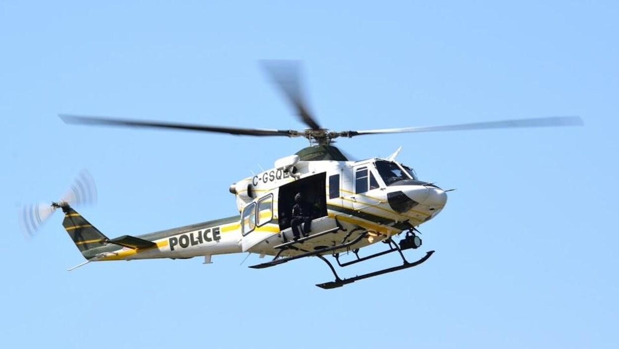 Un hélicoptère de la Sûreté du Québec en vol.