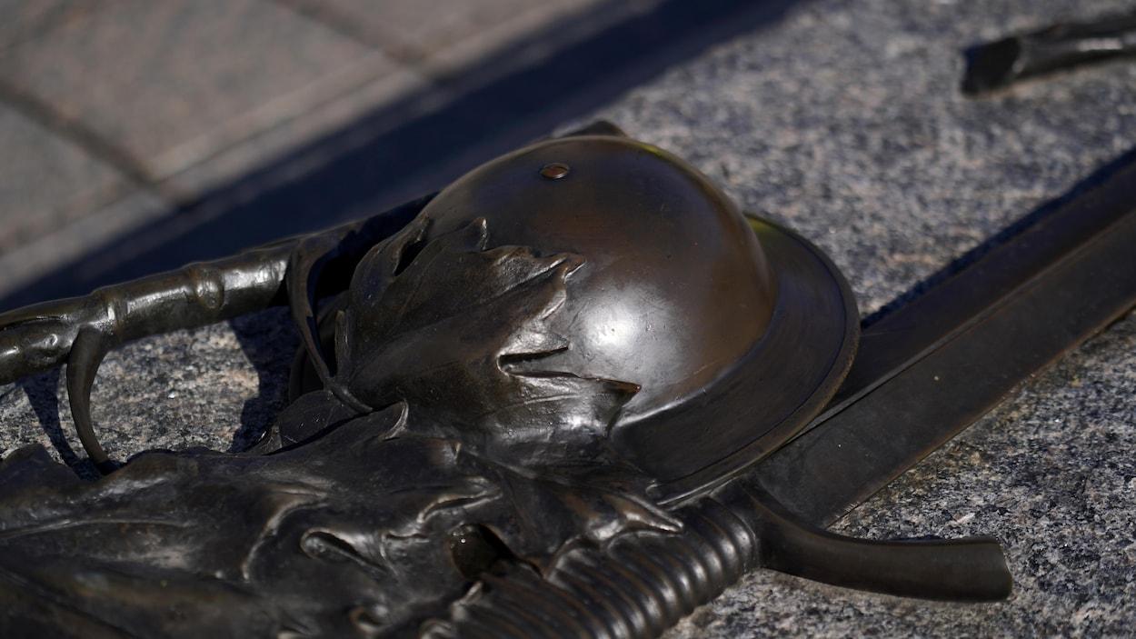 Le casque et les armes en bronze du Soldat inconnu.