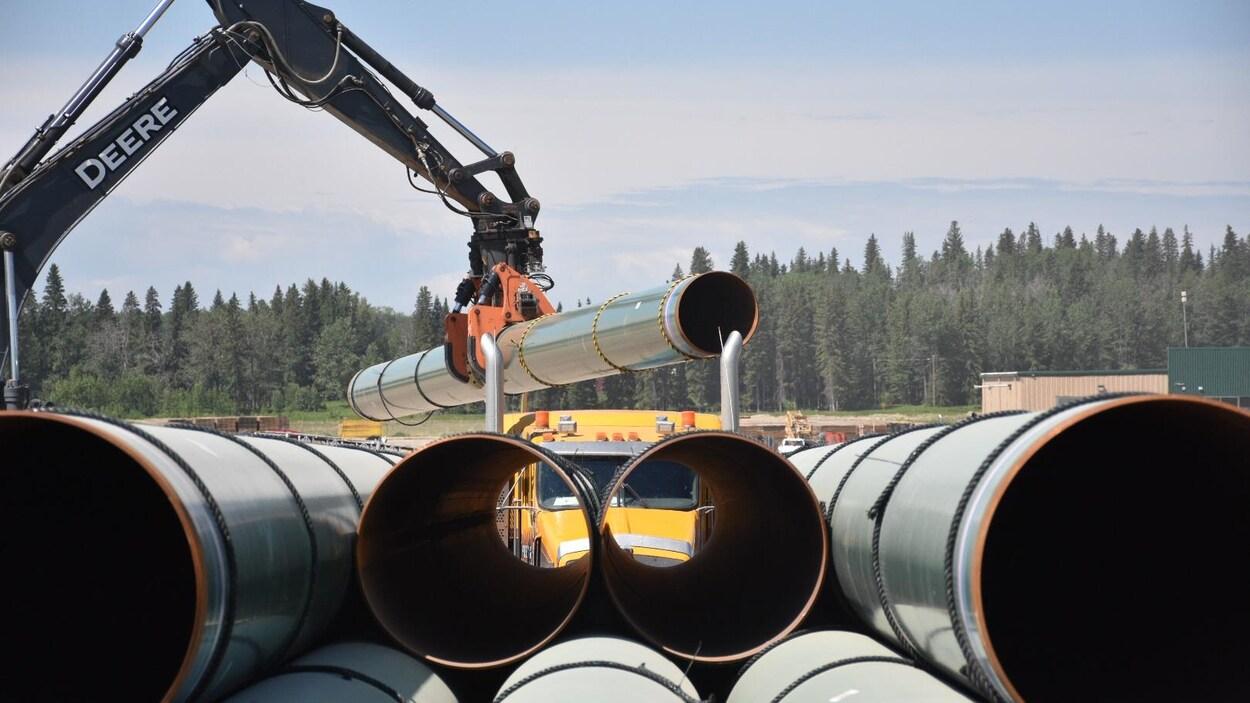 Un camion décharge des tuyaux.