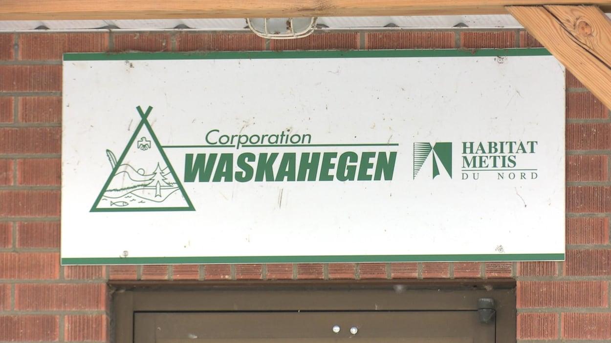 Une affiche de la Corporation Waskahegen.