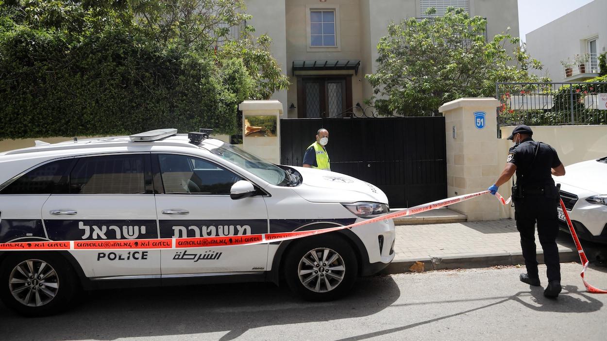 Un policier israélien met en place un cordon de sécurité autour du domicile de l'ambassadeur chinois.
