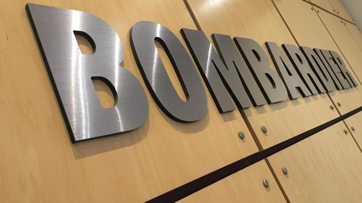 Logo de la compagnie Bombardier, sur un mur de l'usine de La Pocatière.