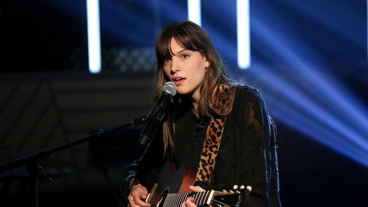Elle chante et s'accompagne à la guitare