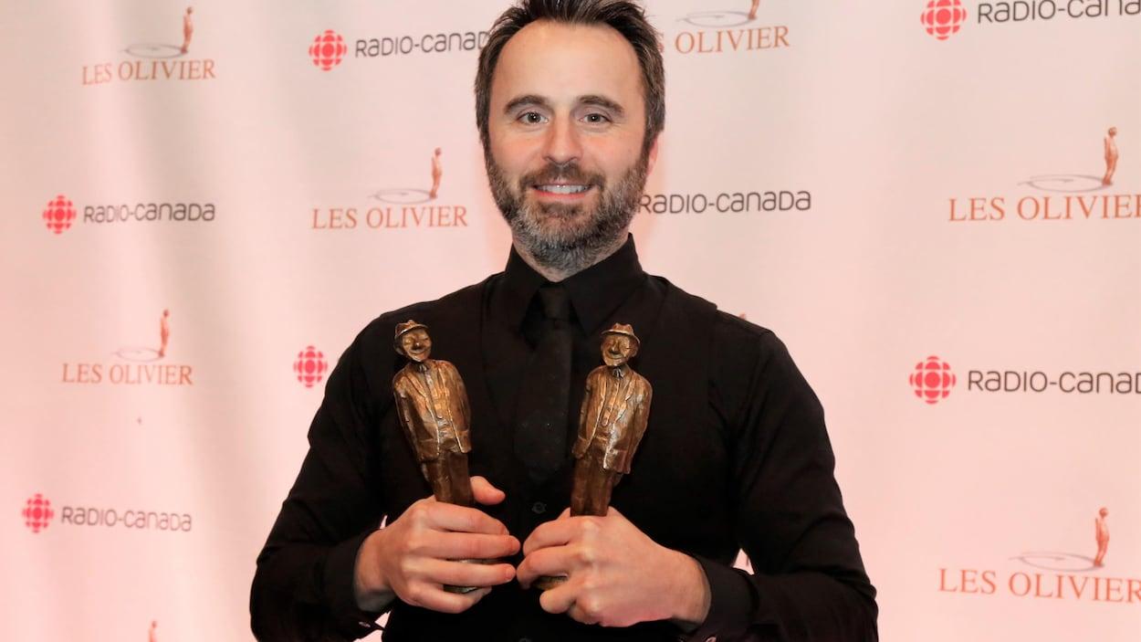 Louis-José Houde pose avec ces deux trophées.