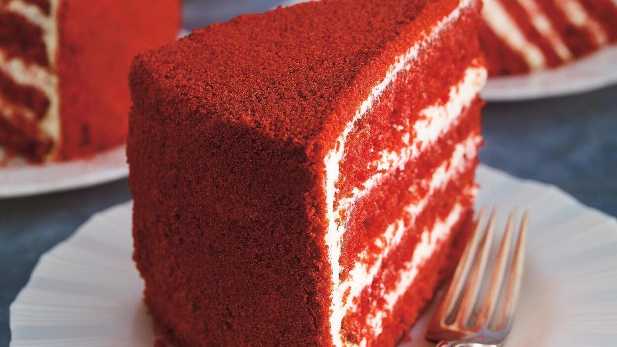 Des morceaux de gâteaux rouge et blanc dans des assiettes
