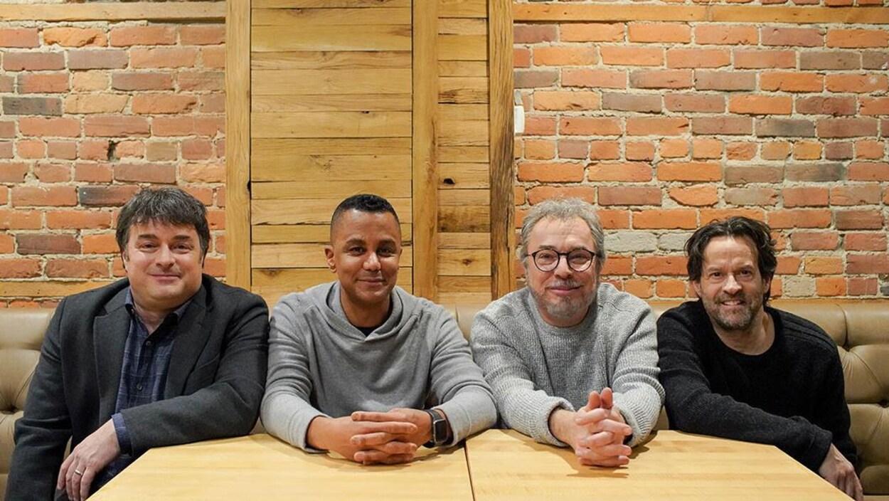 Les quatre comédiens sont assis sur la banquette d'un bar.