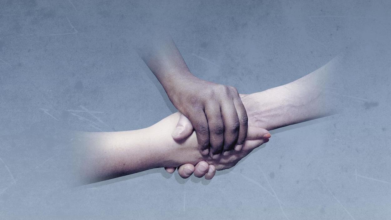 Une poignée de mains et une main par-dessus celles-ci.