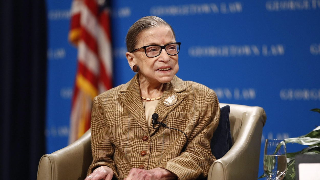 Ruth Bader Ginsburg, assise dans un fauteuil.