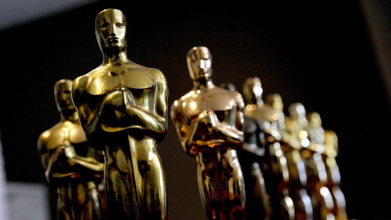 Gros plan sur une série de statuettes dorées.