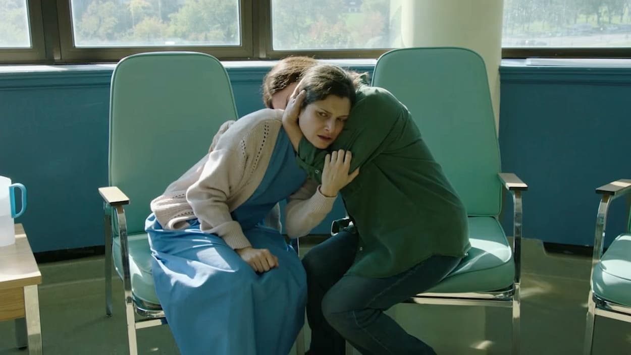 Marie prend Lucie dans ses bras.