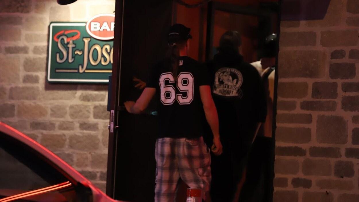 Deux hommes entrent dans le bar St-Josef, à Québec