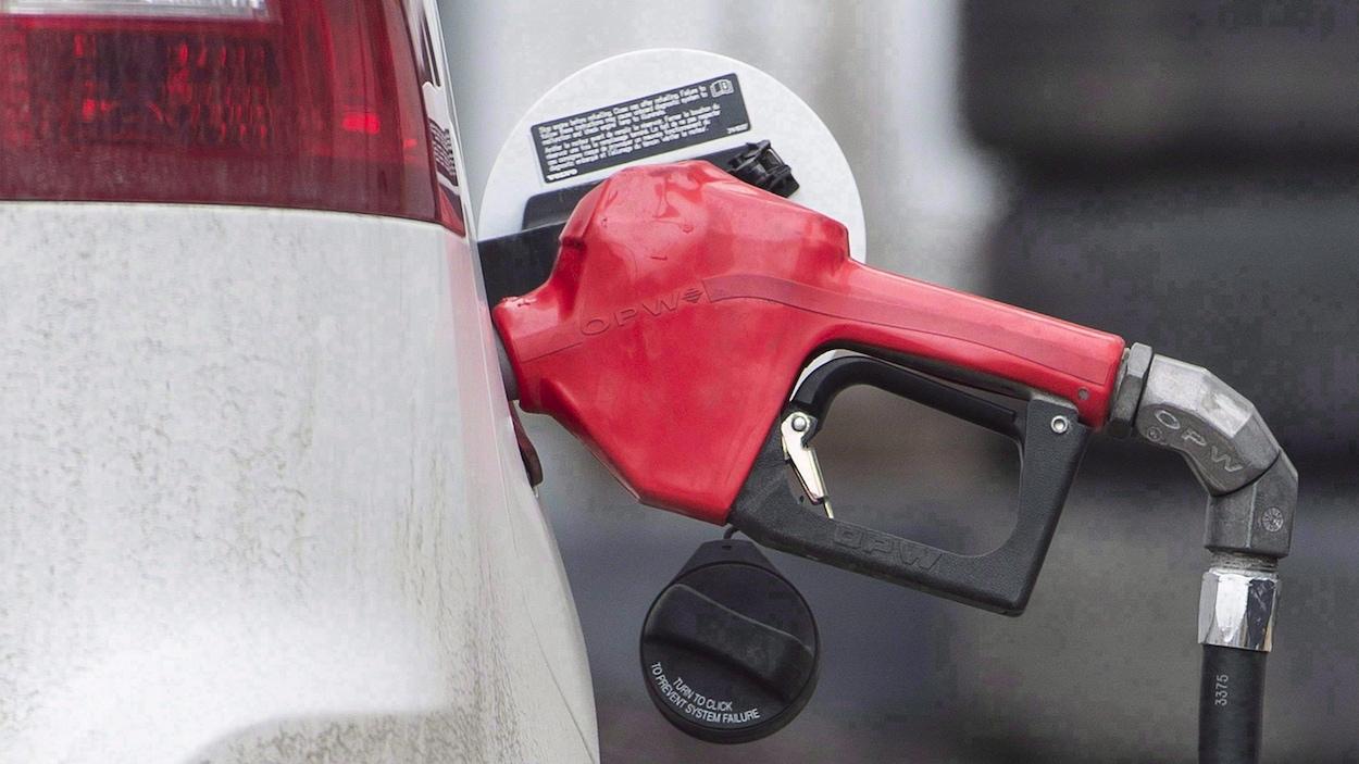 Une pompe à essence dans une voiture.