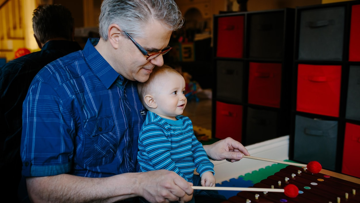 Le papy joue du xylophone