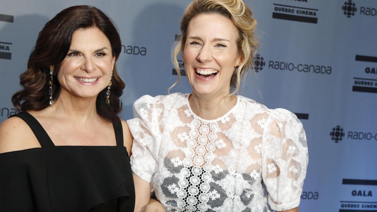 Les comédiennes Guylaine Tremblay et Édith Cochrane souriant devant les caméras.