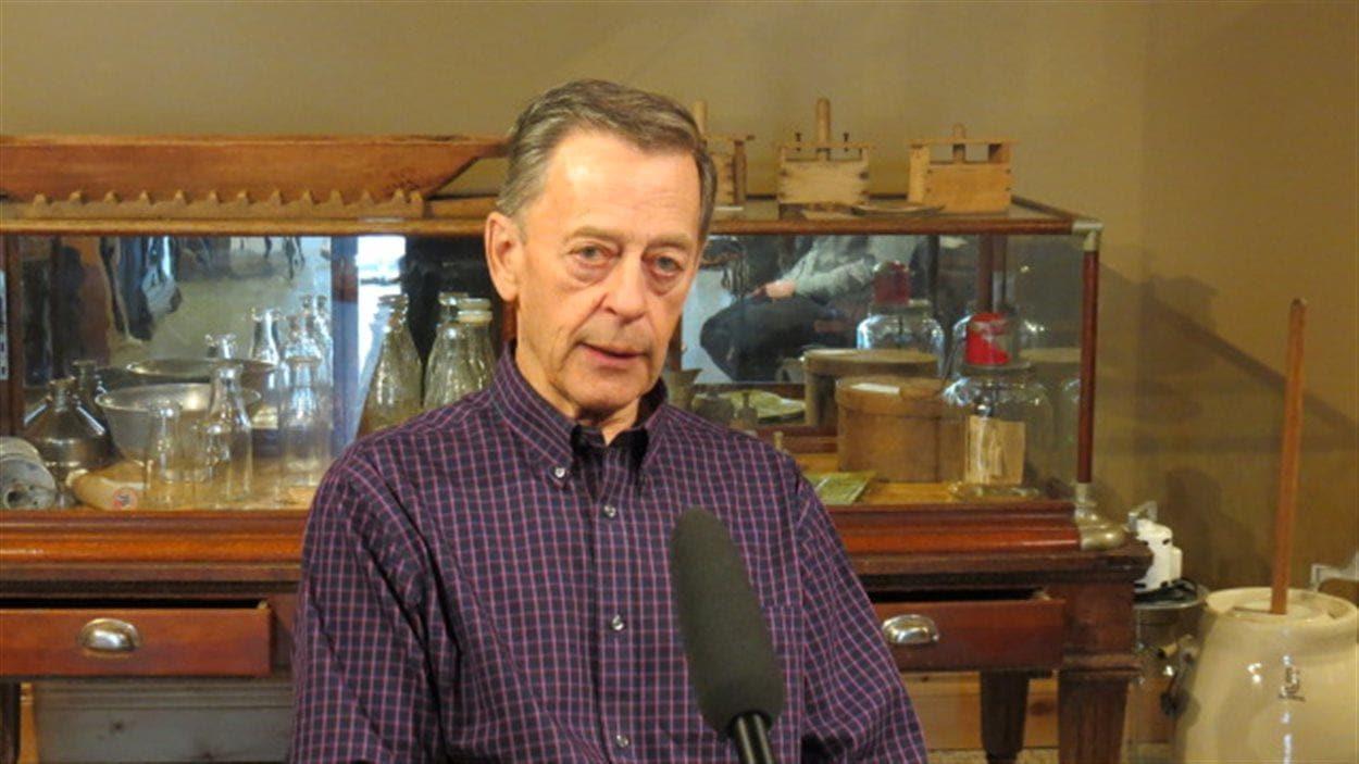 Rénald Parent, président du conseil d'administration du Musée Saint-Joseph, parle à Alex Damphousse.