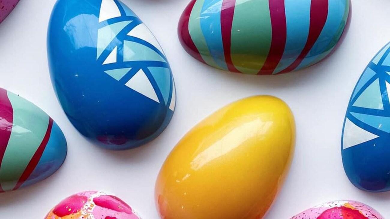Œufs en chocolat colorés.