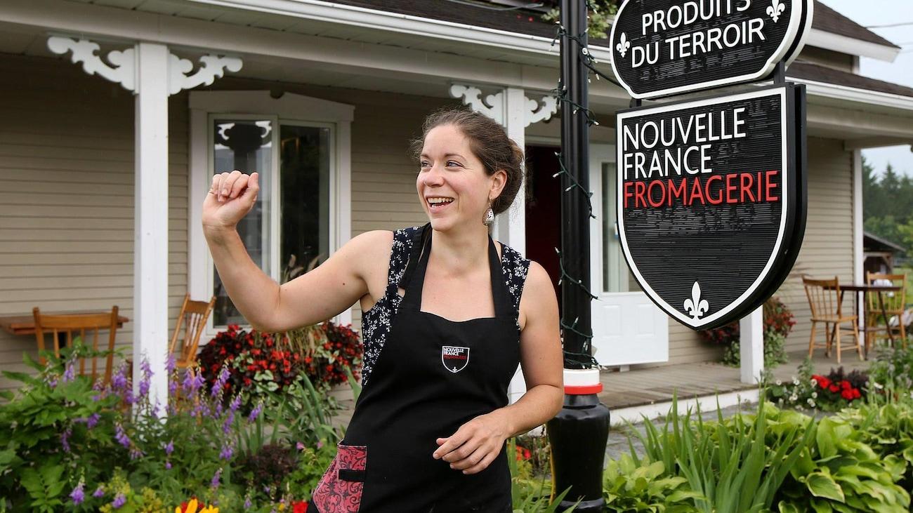 Marie-Chantal Houde devant la fromagerie Nouvelle-France.