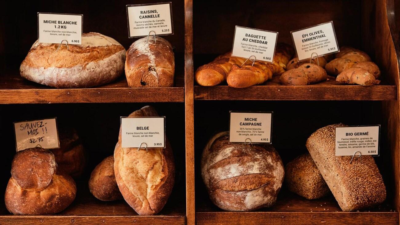 Étal de boulangerie rempli de pains frais.