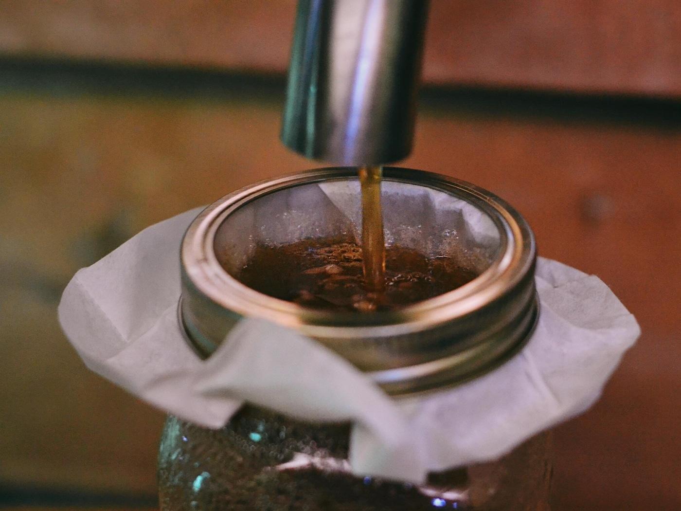 Le sirop d'érable alors qu'il se fait filtrer dans un filtre à café