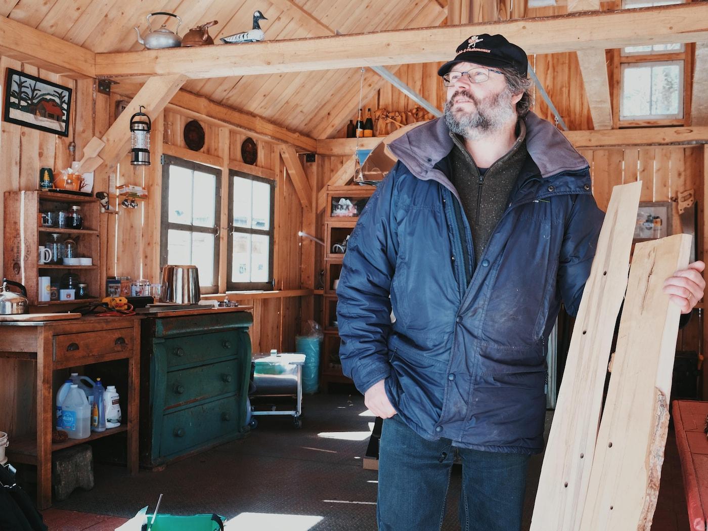 Stéphane Guay, dans sa cabane à sucres, montre des tranches d'érables qui ont été blessés.