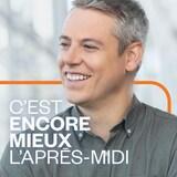 Guillaume Dumas porte une chemise grise et sourit.