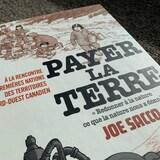 La couverture de la bande dessinée Payer la terre, de Joe Sacco.