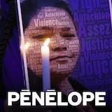一名妇女在烛光悼念活动中举着原住民女子艾沙库安(Joyce Echaquan)的照片。