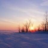 coucher de soleil sur un lac gelé