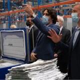 رئيس الحكومة  جوستان ترودو ومدير مصنع فايزر يضعان كمامة داخل المصتع.