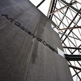 Une photo de la façade en verre du Musée des beaux-arts de l'Ontario