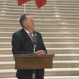 El nuevo ministro de Reconciliación con los Indígenas en Manitoba, Alan Lagimodiere, es confrontado por líder de la oposición oficial, el neodemócrata Wab Kinew.